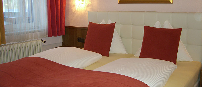 austria_saalbach_bergers-sporthotel_double-bedroom.jpg